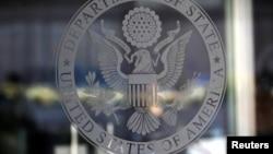 미국 워싱턴 국무부 건물 입구 유리문에 새겨진 국무부 문장.