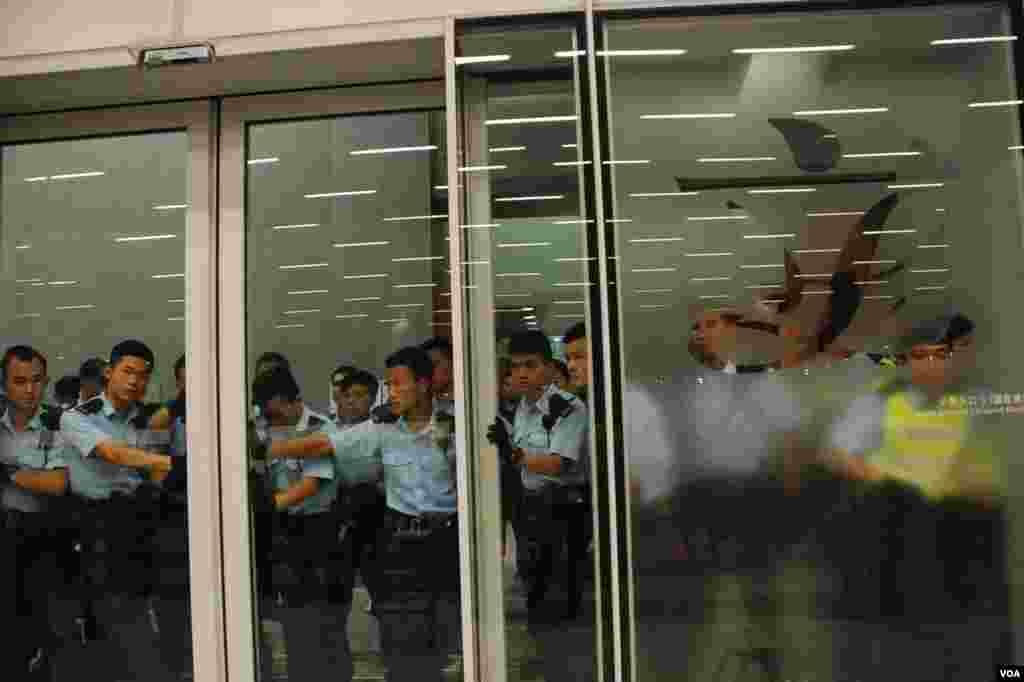 大批警員把守立法會公眾入口大門,防止示威者闖入 (美國之音湯惠芸拍攝)