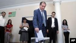 图为阿布哈兹总统候选人谢尔盖.尚巴8月26日在一个投票站投票