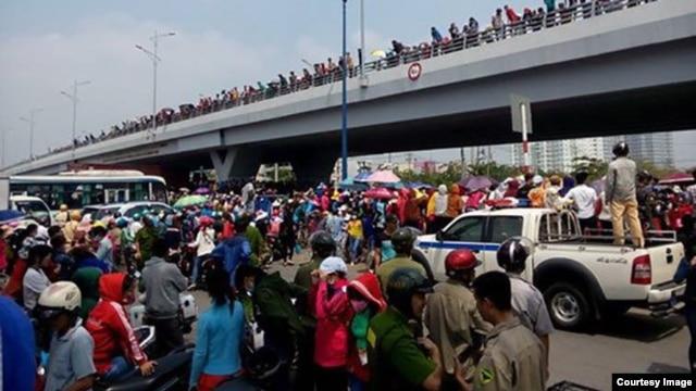 Hàng nghìn công nhân công ty Pou Yuen ở Sài Gòn xuống đường tuần hành phản đối chính sách bảo hiểm xã hội mới. (Ảnh: Thanh Niên Công Giáo)