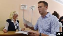Pemimpin oposisi Rusia Alexei Navalny saat memberikan suara di tempat pemungutan suara dalam pemilu Duma di Moskow, 8 September 2019. (Foto:AFP)