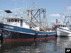 Des bateaux vietnamiens à quai à Biloxi en attendant d'éventuels emplois de nettoyage de la marée noire