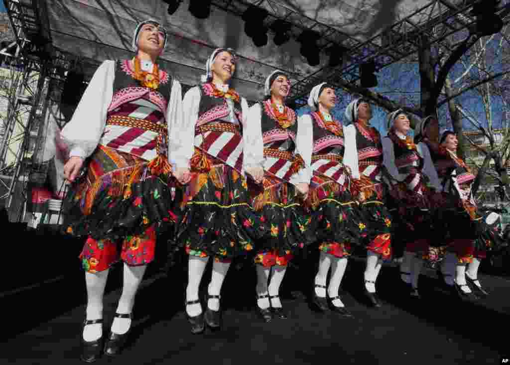 14일 터키 알카라에서 '원 빌리언 라이징' 행사에 참가한 여성과 소녀들.