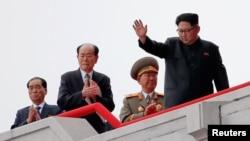 10일 평양 김일성 광장에서 7차 당 대회 경축 군중집회가 열린 가운데, 김정은 북한 노동당 위원장(오른쪽)이 주석단 위에서 손을 흔들고 있다.