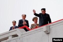 지난 5월 평양 김일성 광장에서 열린 7차 당대회 경축 군중집회에서 김정은 북한 노동당위원장이 주석단 위에서 손을 흔들고 있다.