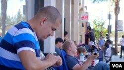 洛杉矶的热情粉丝等待购买iPhone 6(美国之音国符拍摄)