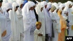 Người Hồi giáo Indonesia cầu nguyện trong buổi lễ Eid al-Fitr đánh dấu sự kết thúc của tháng chay Ramadan ở Jakarta, Indonesia, ngày 30/8/2011