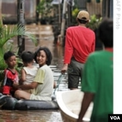 Perubahan iklim perlu ditangani secara serius agar dampaknya bagi manusia dan lingkungan, seperti banjir, bisa dikurangi.