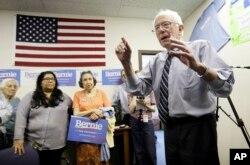 Thượng nghị sĩ Bernie Sanders nói chuyện với những người ủng hộ tại trụ sở tổ chức chiến dịch của ông ở Des Moines, Iowa.