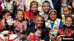 """Predsednik Obama za vreme proslave u rezervatu """"Uspravna stena"""" u Severnoj Dakoti 13. juna 2014."""