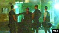 媒体拍下警察殴打抗议者视频截图 (苹果日报)