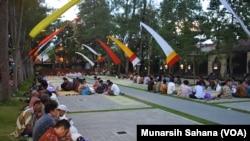 Ratusan warga dari dusun-dusun sekitar Gereja Ganjuran mengikuti kenduri bersama lintas iman, Kamis (21/6/18) (foto: VOA/Munarsih Sahana)