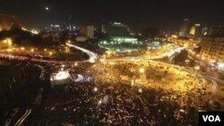 Suasana di pusat demo, Tahrir Square-Kairo saat pergantian tahun 2012. Warga berkumpul di lapangan ini untuk mengenang korban selama pergolakan penggulingan kekuasaan Hosni Mubarak (1/1).
