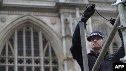 Cảnh sát Anh dùng một máy thu hình cực nhỏ để kiểm tra phía bên trong các ống của các giàn được dựng lên bên ngoài Tu viện Westminster, ở trung tâm thủ đô London