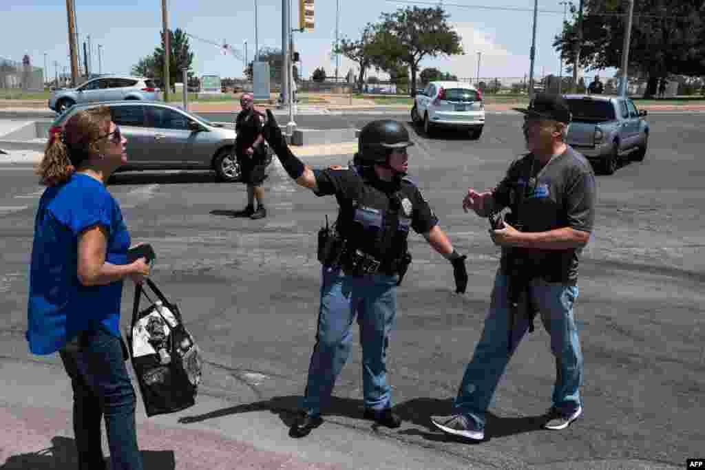 فائرنگ کی اطلاع ملتے ہی سکیورٹی فورسز موقع پر پہنچی اور لوگوں کو سپر اسٹور سے نکالنا شروع کیا۔