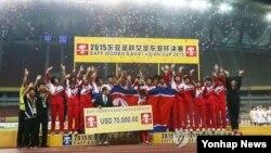 8일 중국 후베이성 우한 스포츠센터에서 열린 동아시안컵 여자축구대회에서 우승을 차지한 북한 선수들이 시상대에서 환호하고 있다. (사진=연합뉴스)