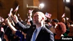 華盛頓的移民歸化儀式上美國新公民揮動國旗