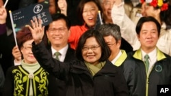 蔡英文宣布當選並向群眾揮手致意