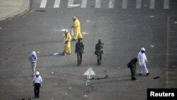 中国武警和救援人员在天津爆炸现场戴防毒面罩检测化学物