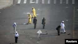 中國當局派人在爆炸現場附近的廣場檢查化學品殘餘物