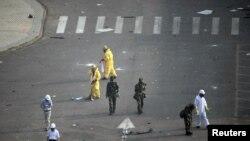 中國武警和救援人員在天津爆炸現場戴防毒面罩檢測化學物