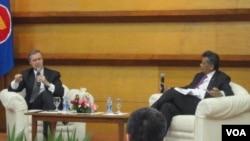 Mantan Menteri Pertahanan AS, William Cohen (kiri) saat berbicara di Jakarta, didampingi Sekjen ASEAN, Surin Pitsuwan, Senin (9/1).