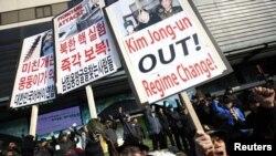 Các nhà hoạt động Nam Triều Tiên biểu tình phản đối vụ thử hạt nhân của Bắc Triều Tiên, ngày 13/2/2013.
