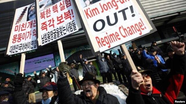 Các nhà hoạt động chống Bắc Triều Tiên biểu tình ở Seoul phản đối sau khi Bắc Triều Tiên thử nghiệm hạt nhân 13/2/12