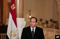 Egyptian President Abdel-Fattah el-Sissi prepares to meet with German Chancellor Angela Merkel at the presidential palace in Cairo, Egypt, March 2, 2017.