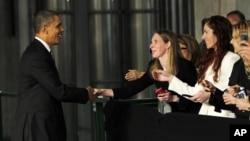 Obama saluda a un grupo de invitados en el colegio de Ciencias a Nanoescala e Ingeniería, en Albany, estado de Nueva York.