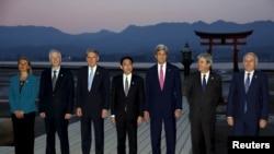 G7 외무장관들이 10일 히로시마의 한 신사 앞에서 기념 사진을 찍고 있다.