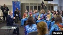 Ruski predsednik Putin razgovara sa volonterima koji učestvuju u pripremama za zimske Olimpijske igre u Sočiju.