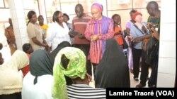 La ministre de la Femme rencontre des filles excisées au Centre médical protestant Schiphra Ouaga, à Ouagadougou, au Burkina Faso, le 21 octobre 2018. (VOA/Lamine Traoré)