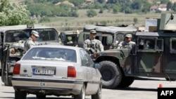 Američki vojnici u sastavu KFOR-a pregledaju vozila koja iz Srbije ulaze u Kosovo, posle ponovnog otvaranja prelaza Jarinje.