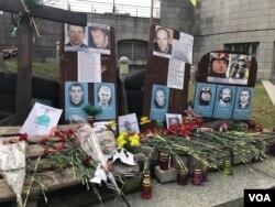 Di ảnh của hàng chục người dũng cảm xuống đường đòi tự do được bày dọc theo bức tường của khu tưởng niệm, một số được treo trên các thân cây ở phía đối diện.