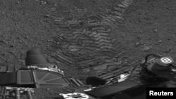 La mayor parte del tiempo el robot tomó fotografías, incluyendo las primeras imágenes de sus huellas sobre el suelo de Marte.