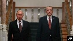 블라디미르 푸틴(왼쪽) 러시아 대통령과 레제프 타이이프 에르도안 터키 대통령이 10일 이스탄불에서 정상회담을 진행한 직후 공동기자회견장에 도착하고 있다.