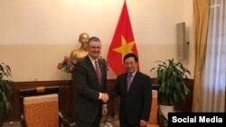 Đại sứ Mỹ Daniel Kritenbrink và Ngoại trưởng Việt Nam Phạm Bình Minh, Hà Nội, ngày 15/5/2019. Photo US Embassy Hanoi