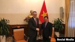 Ngoại trưởng Việt Nam Phạm Bình Minh và Đại sứ Mỹ Daniel Kritenbrink ở Hà Nội, ngày 15/5/2019. Photo US Embassy Hanoi