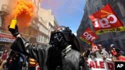Un métallurgiste de l'usine sidérurgique d'ArcelorMittal à Fos-sur-Mer porte un masque de Darth Vader lors d'une manifestation à Marseille le 2 juin 2016.