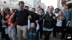 Alexei Navalny bersama isteri dan puteranya, dikelilingi para pendukungnya setelah dibebaskan dari penjara.