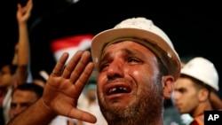 1일 이집트 카이로 나스르시티에서 벌어진 무르시 지지 농성에서, 한 지지자가 눈물을 흘리고 있다.