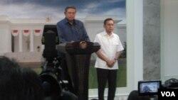 Presiden SBY didampingi Wapres Boediono saat mengumumkan penunjukan Roy Suryo sebagai Menpora di kantor Presiden, Jumat 11/1 (foto: VOA/Andylala)