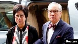 香港前行政長官曾蔭權與妻子為其上訴法庭就其不當行為作出的判決前往香港高等法院。(2018年7月20日)
