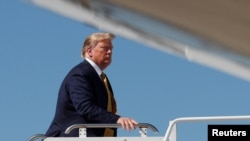 美国总统特朗普于2019年9月17日在美国加利福尼亚州山景城的莫菲特联邦机场登上空军一号。