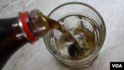 Турецкая пуговица против Coca-Cola. По данным Интернета, пуговица должна была бы раствориться в напитке, чем подтвердилось бы пагубное влияние «газировки» на человеческие желудки