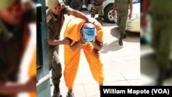 Zófimo Muiuane, chega à 10ª do Tribunal Judicial de Maputo, para o primeiro dia de julgamento