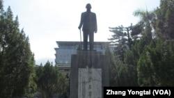 台湾校园常可看见蒋介石铜像 (美国之音张永泰拍摄)