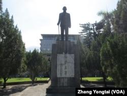Tượng Tưởng Giới Thạch trong khuôn viên một trường đại học Đài Loan.