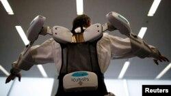 Một nhân viên của công ty ActiveLink, mang một khung robot có thể giúp nông dân và công nhân xây dựng trong công việc